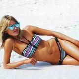Auf den Strand setzen der reizvollen Bikini-Badebekleidung