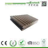Decking composé en plastique en bois promotionnel du plancher/WPC bon marché