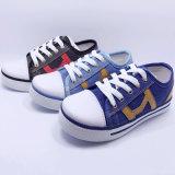 男の子の履物のための2016の熱い販売の子供のズック靴