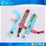Kundenspezifischer hoher sicherer GewebeWristband mit Plastikbefestigungsteil