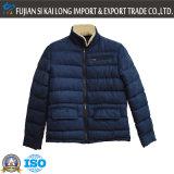 A alta qualidade dos homens ao ar livre aquece o vestuário do inverno do estofamento do desgaste