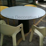 Parte superiore laminata grigio-chiaro opaca del tavolino da salotto di basso costo