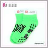 La yoga al por mayor de los calcetines de Yiwu pega calcetines del trampolín
