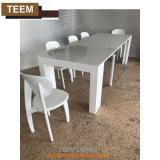 Estenda a mesa de madeira revestida de cinza