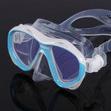 Le masque de plongée avec la figure modèle la lentille