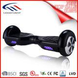 Individu de Navboard équilibrant le scooter Hoverboard de deux roues
