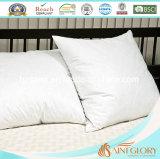 白いアヒルの羽の満ちる寝具のクッション