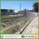 上の柵が付いている電流を通されたチェーン・リンクの塀