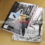Фотоснимок книг книга в твердой обложке высокого качества записывает печатание