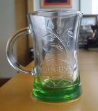 微笑のガラスタンブラーのビールのジョッキのティーカップのタンブラー