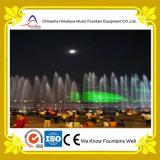 Fontana di musica dell'acqua con l'esposizione illuminata del laser in fiume