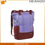 La corsa dell'adolescente della ragazza di modo mette in mostra lo zaino di nylon Daypack del sacchetto