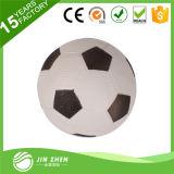 Miúdos da venda da promoção que jogam o futebol pequeno inflável do PVC