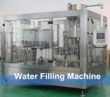 自動3in1によってびん詰めにされる水充填機