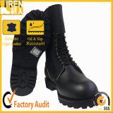 黒く完全な革軍の戦闘用ブーツ