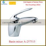 Long mélangeur plaqué par chrome de bassin de cuisine de l'eau de bec