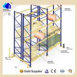 Estantería de poca potencia del almacén con los protectores verticales