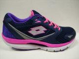女性は快適なスポーツの靴の履物を作る