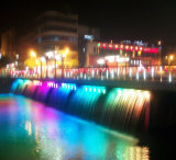 Fontana di acqua spettacolare del ponticello con le lampade colorate del LED