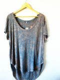 Одежда крася закамуфлированную тенниску джинсовой ткани голубую свободную вскользь