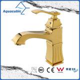 磨かれた金の真鍮の洗面器水蛇口のコック