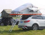خارجيّ يخيّم سقف خيمة علبيّة لأنّ [سوف] سيّارة
