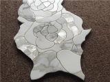 高品質の安い価格のCalacattaの金の大理石はシェルのWaterjet花デザインモザイク・タイルを混合した