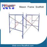 Caminata cubierta polvo de acero del andamio del marco a través del marco