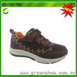 Chaussure courante de sport avec le crochet et la boucle