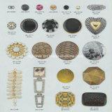 高品質はバックルの工場によってカスタマイズされる金属のバックルに蹄鉄を打つ