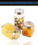 台所パスタの記憶のガラス小さなかんおよびスパイスの瓶