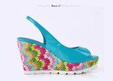 (Donna-in) la treccia della Boemia ha coperto i sandali del cuneo del cuoio delle donne dell'alto tallone