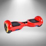 Miniselbst, der elektrischen Roller Hoverboard balanciert