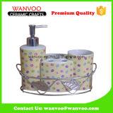 Hand Crafted China Baño de cerámica promocional conjunto con cesta de hierro