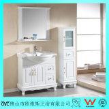 La vanità fissa della stanza da bagno con bianco ha verniciato