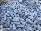Cobblestone e cubo cinzentos caídos do granito G654 para pavimentar