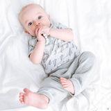 La dentición del silicón del bebé rebordea la pulsera