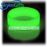 Glühen in den dunklen Silikon-Armbändern