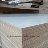 A melamina de madeira da grão do uso da mobília enfrentou a madeira compensada