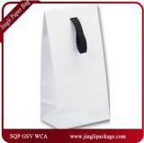Белый лоск прокатал евро подарка подгонял желтую бумажную хозяйственную сумку с ручкой