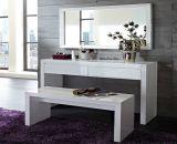 ベンチおよびミラーが付いている白い木のドレッサーの化粧台