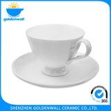 Tazza di caffè di ceramica bianca con il Portable del piattino
