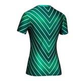 t-셔츠가 공장 여자의 녹색 손전등에 의하여