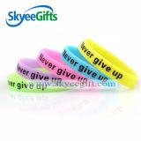 Il più nuovo modo ha personalizzato l'incandescenza di stampa nel braccialetto scuro del silicone per il regalo promozionale