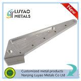 Часть CNC подвергая механической обработке с алюминием