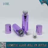 rolo 10ml de vidro roxo cosmético no frasco com a cápsula do rolo do aço inoxidável