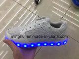 Le chargeur des chaussures USB de vente en gros allument des chaussures de DEL pour des femmes