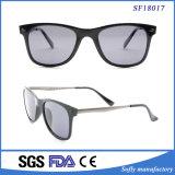 El negro clásico simple de calidad superior enmarca las gafas de sol multicoloras de la lente