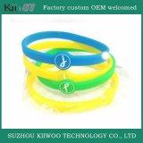 Bracelet estampé par logo en gros en caoutchouc de silicones