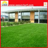 庭を飾るための人工的な草